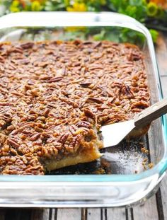 These Easy Pecan Pie Bars are a perfect make ahead holiday dessert to serve a c. These Easy Pecan Pie Bars are a perfect make ahead holiday dessert to serve a crowd! Pecan Desserts, Desserts For A Crowd, Easy Desserts, Recipes For A Crowd, Tailgate Desserts, Easy Dessert Bars, Make Ahead Desserts, Healthy Recipes, Pecan Bars