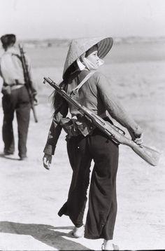 En esta imagen podemos observar el rol de la mujer y su importancia en la guerra Jefa de guerrilla, 1966