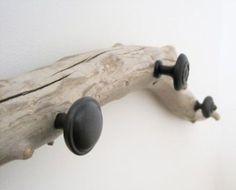 Un porte manteau avec du bois flotté, une touche marine dans la chambre de bébé #diy