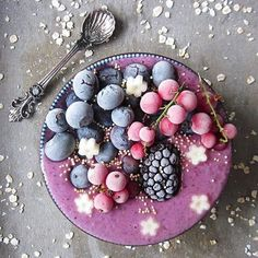 Via @justanothersmoothiebowl NL⠀ Good morning! This was my colourful breakfast on a cloudy sunday☁ These were the ingredients:⠀ half a banana⠀ 1 cup of fresh strawberries⠀ 1 cup of frozen, mixed berries⠀ 1 scoop of vegan vanilla protein power⠀ bash of almond milk⠀ I topped the smoothie with frozen blueberries, blackberries and currants.. And of course some pear-flowers⠀ .⠀ NL⠀ Goede morgen! Dit was mijn bont ontbijtje op deze grijze zondag☁ Dit waren de ingrediënten:⠀ 1 halve banaan⠀ 1 bakje…
