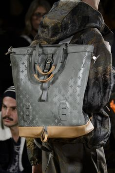 Louis Vuitton Fall 2018 Men's Fashion Show Details - The Impression Louis Vuitton Sneakers, T-shirt Louis Vuitton, Baskets Louis Vuitton, Louis Vuitton Handbags, Purses And Handbags, Coach Handbags, Men Fashion Show, Fashion Bags, Mens Fashion