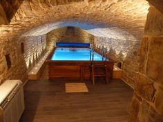 Façon bassin de nage surélevé en sous-sol.