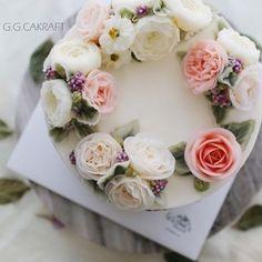 Happy weekend! Flower cake for celebrating the baby's 1st birthday.  - - #ggcakraft #buttercreamflowers #koreanflowercake #klflowercake #cake #cakeicing #buttercream #flowers #flowercake #buttercreamflowers #blossom  #bakingclass #flowercakeeurope #weddingcake #버터크림케이크 #ggcakraftinspain #buttercake #플라워케이크 #버터크림 #버터플라워케이크 #버터크림플라워케이크 #glossybuttercream