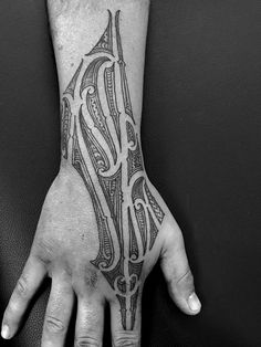 The Maori (or Maori) tattoo is a part of the group of tribal tattoos . It's a kind of historical physique artwork that's invented by the Maori folks, native of New Zealand. Maori Tattoos, Tattoo Tribal, Hawaiianisches Tattoo, Hawaiian Tribal Tattoos, Tattoos Arm Mann, Tattoo Motive, New Tattoos, Girly Tattoos, Types Of Tribal Tattoos
