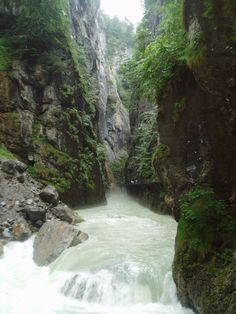 En el viaje a Suiza no puede faltar una excursión al pequeño pueblo de Meiringen. Además de comer unos pastelitos de merengue en el pueblo que les dió el nombre, se puede visitar el museo de Sherlock Holmes, porque el famoso detective de ficción murió en una cascada cercana. A pocos kilómetros río arriba, la profunda Garganta que forma el río Aare, antes de desembocar en el lago Brienz.