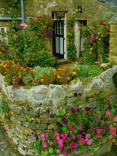steinmauer im garten bauen alter blumengarten