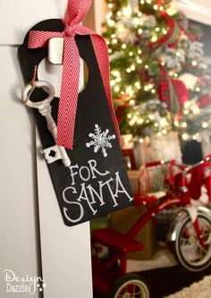 Magic Key for Santa. Use indoors for a cute decoration and hang at the front door on Christmas Eve. If you don't want to craft this project, we have the free chalkboard printable for you to just print and cut!!  Also, free printable Santa's Magic Key poem. Design Dazzle #Christmas #christmaskids #santakey