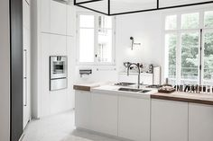 strakke-witte-keuken Kitchen Island, Kitchen Cabinets, Paris, Future, Home Decor, Island Kitchen, Montmartre Paris, Future Tense, Decoration Home