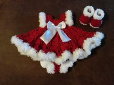 Gorgous Crochet Christmas baby dress outfit …beautiful on baby, perfect for Christmas pictures - Fashion City Newborn Christmas, Christmas Baby, Crochet Christmas, Baby Christmas Pictures, Girls Christmas Outfits, Kids Outfits, Baby Christmas Dresses, Rock Outfits, Couple Outfits