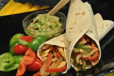 Fajitas de Pollo, es una receta Típica de la cocina TexMex. Es fácil de hacer y requiere de pocos ingredientes, las puedes acompañar de tortillas de maíz o trigo, guacamole o pico de gallo