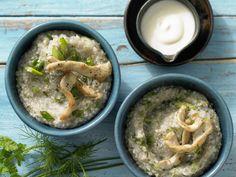 Buchweizen-Kräuter-Grütze mit Putenstreifen und Joghurt | Kalorien: 535 Kcal - Zeit: 15 Min. | http://eatsmarter.de/rezepte/buchweizen-kraeuter-gruetze