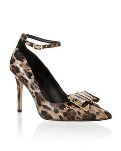 Take each step in wild style— interchangeable leopard print heel with removable bow clip is a genius choice with two wearable looks in one.