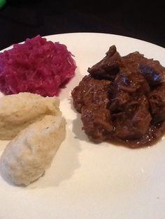 Stoofvlees met rode kool en pureepatatjes. Recept zie bij Mar Mora -pinterestbord: daily me. Smakelijk.