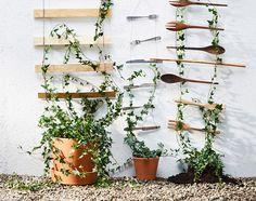 Tuininspiratie on a budget: maak je eigen klimplantenrek met ijzerdraad en houten keukengerei | IKEA IKEAnederland IKEAnl wooninspiratie inspiratie klimplanten klimplantrek rek tuinieren keukengerei FÖRNUFT bestek RÖRT vork lepel