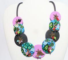Collier ras de cou aux perles rondes et plates roses, bleues et noires en argile polymère