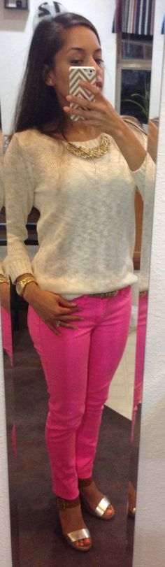 Neón pink jeans, cream sweater and neutral accessories - comfy plus stylish