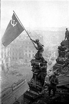 La toma de Berlín por los soviéticos, la bandera del comunismo en la cancillería nazi, 1945.