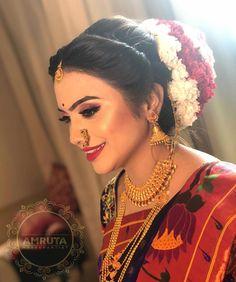 Indian Wedding Photography Poses, Bride Photography, Indian Bridal Hairstyles, Bride Hairstyles, Black And Silver Eye Makeup, Long Bridal Hair, Marathi Bride, Wedding Saree Collection, Bridal Photoshoot