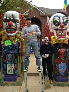 this is bad ass. Wow, look at those pillars! Halloween Circus, Creepy Halloween Decorations, Halloween Haunted Houses, Outdoor Halloween, Halloween Horror, Holidays Halloween, Halloween Themes, Halloween Diy, Haunted Hayride