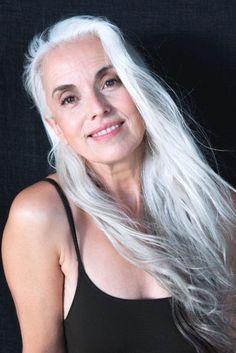 Yasmina Rossi, top model a 59 anni. I suoi segreti? Un avocado al giorno, olio… Sexy Older Women, Old Women, Mature Women Hairstyles, Yasmina Rossi, Grey Hair Journey, Silver Haired Beauties, Salt And Pepper Hair, Corte Bob, Long Gray Hair