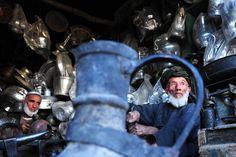 Obreros afganos trabajan en una tienda de instrumentos de metal en Mazar-i-Sharif, en la provincia Balkh de Afganistán. (AFP/VANGUARDIA LIBERAL)