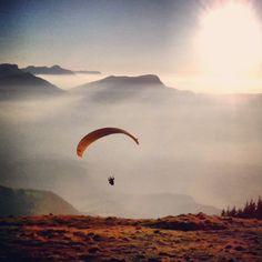 #parapente au Sire (73) Paragliding, Windsurfing, Photo Art, Balloons, Aeroplanes, Adventure, Mountains, Beautiful Things, Nature