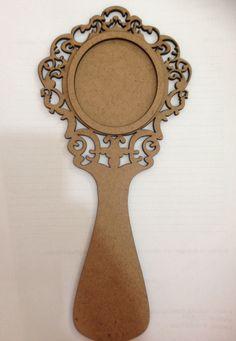 Moldura em Mdf cru de 3mm. Tamanho de 23cm de altura Tem o local pra colar o espelho Produto não vai com espelho. Só a moldura em Mdf