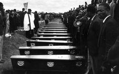 Fotografie, opere d'arte, video e poster: un mosaico di materiali, molti dei quali raramente esposti insieme (Peter Magubane, Funerali a Sharpeville: nel cimitero c'erano più di 5 mila persone, 1960. Per concessione del Baileys African History Archive)