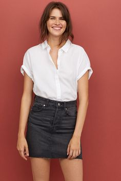 Here are some different denim skirt outfit inspiring ideas for you. Black Skirt Outfits, White Denim Skirt, Denim Pencil Skirt, Denim Mini Skirt, Mini Skirts, Black Denim Skirt Outfit Summer, Jean Skirts, Summer Outfit, Jupe Crayon Denim