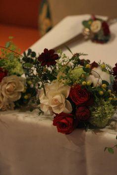 秋の終わりと冬のはじめに 紅葉と白雪 青山レ・クリスタリーヌ様の装花 : 一会 ウエディングの花