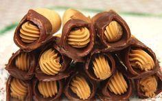 """Vynikající křehké trubičky, plněné karamelovým krémem. """"K sežrání."""" Mňam! Czech Desserts, Desserts Menu, Delicious Desserts, Bakery Muffins, Party Food Platters, Czech Recipes, Traditional Cakes, Hungarian Recipes, My Dessert"""