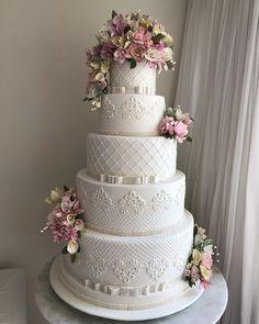 Best white wedding cake design for traditional wedding 18 Luxury Wedding Cake, Purple Wedding Cakes, Wedding Cakes With Cupcakes, Wedding Cakes With Flowers, Elegant Wedding Cakes, Beautiful Wedding Cakes, Wedding Cake Designs, Wedding Cake Toppers, Cake Wedding
