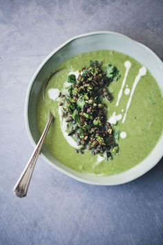 Asparagus, Fennel & Spinach Soup + Topping This is SO good. For topping I had cilantro, pumpkin seeds and beluga lentils. Fennel Soup, Asparagus Soup, Spinach Soup, Creamy Spinach, Vegetarian Soup, Healthy Soup, Vegetarian Recipes, Healthy Recipes, Clean Eating