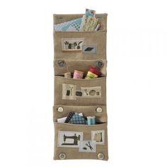des pochettes en lin avec boutons et boutonnières aux angles qui permettent de les assembler les unes aux autres. Fixées à un mur elle s'emp...