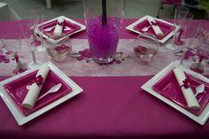 Décoration de table (fushia) -- www.le-geant-de-la-fete.com @legeantdelafete #deco #table #inspiration  #decoration #flute #assiette #vaissellejetable  #chemindetable #fushia