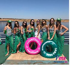 cdc1021aa Tassia Naves e amigas em despedida de solteira. Boias personalizadas para  animar a ocasião e arrasar nas fotos.