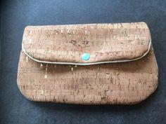 Iedereen in de naaiwereld kent het An-tasje van Jacedidit. Je kunt zo'n tasje voor van alles gebruiken.  Ik heb het mijne gemaakt uit kurkleer, met een gouden paspel en voor de binn