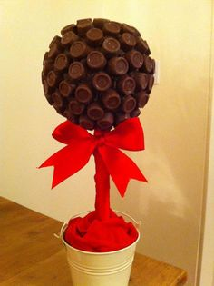 Sweet tree rolo will you let someone have your last one? Chocolate Tree, Chocolate Bouquet, Chocolate Gifts, Candy Topiary, Candy Trees, Chocolates, Sweet Hampers, Mesas Para Baby Shower, Sweet Carts