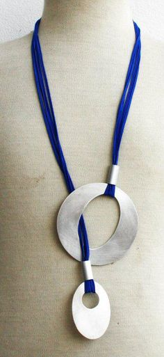 This would make such a simple and striking necklace. Good in Polymer. By Colares + Soma