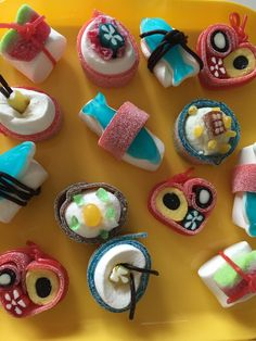 Snoep Sushi! Kinderen in groep 5 vonden dit helemaal geweldig. Sushi Cake, Sushi Party, Birthday Treats, Party Treats, Gummy Sushi, Candy Sushi Rolls, Sour Candy, Rice Crispy Treats, Candy Making