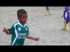 niño de 7 años magico jugando  fútbol