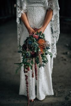 Totally entranced by this perfectly autumn droopy bridal bouquet | Image by The Shannons