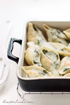 Beautifully presented stuffed shells with spinach and cheese recipe. Let's hope this time no one gets sick. Italian Recipes, Great Recipes, Favorite Recipes, I Love Food, Good Food, Yummy Food, Vegetarian Recipes, Cooking Recipes, Spinach And Cheese