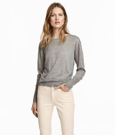 Gray melange. PREMIUM QUALITY. Fine-knit sweater in a soft cashmere blend with a round neck and long sleeves. Wide ribbing at cuffs and hem.