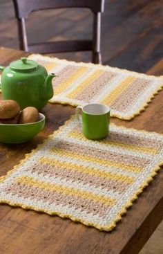 Cornmeal Mats Free Crochet Pattern from Red Heart Yarns Crochet Placemat Patterns, Crochet Potholders, Crochet Doilies, Knitting Patterns, Crochet Mat, Crochet Home, Crochet Gifts, Free Crochet, Crochet Kitchen