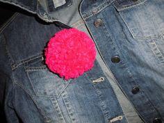 Broche pompon taille médium en laine rose néon !!  pleine de pep's !!  support broche métal argent