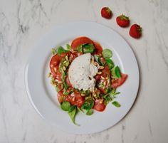 Tomates burrata et vinaigrette aux fraises Caprese Salad, Olives, Mozzarella, Menu, Food, Strawberry Vinaigrette, Balsamic Vinegar, Menu Board Design, Meal