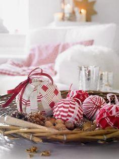 Récup boules de Noël faites avec ruban tissu rouge et blanc