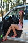 Chica rubia bajando de un coche todoterreno