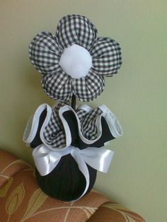 Flor de fuxico Felt Crafts, Fabric Crafts, Sewing Crafts, Sewing Projects, Craft Projects, Felt Flowers, Diy Flowers, Fabric Flowers, Crafts To Sell
